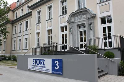 Außenansicht: Der Vordereingang des ehemaligen Kaiserin-Augusta-Hospitals nach der umfangreichen Sanierung.