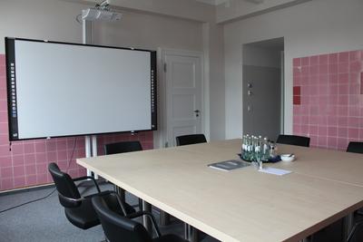 Besprechungsraum: Der Erhalt der alten Wandfliesen im Besprechungsraum des renovierten Labors spiegelt das Zusammenspiel aus Alt und neu bewusst wider