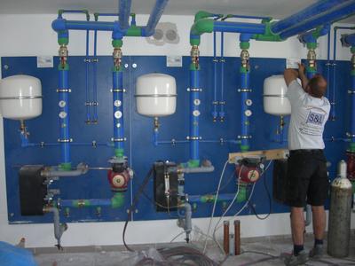 Trennstationen mit Pumpengruppen: Trennung der korrosionsfesten Bereiche des Heiz- und Kühlsystems von den nichtkorrosionsfesten Bereichen.