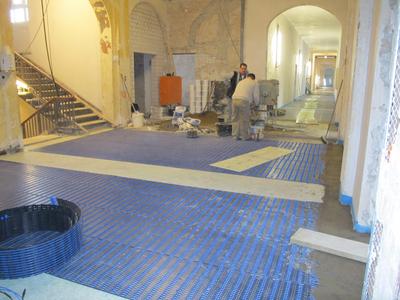 Fußbodenheizung im Eingangsbereich: Kapillarrohrmatten vor dem Vergießen.