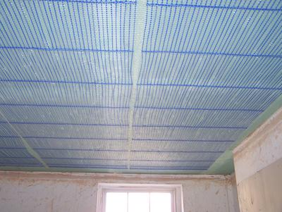 Heiz- und Kühldecke: Kapillarrohrmatten unter Gipskartonplatten vor dem Verputzen.