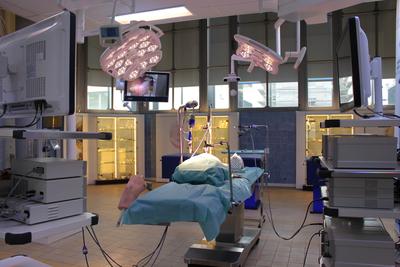 OP-Labor: Der historische Operationssaal mit erhaltenem Fliesenbehang ist mit innovativen Produkthighlights für die Endoskopie ausgestattet